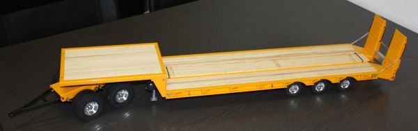 Tieflader-Anhänger mit Rampe. Bausatz eines 5-achsigen
